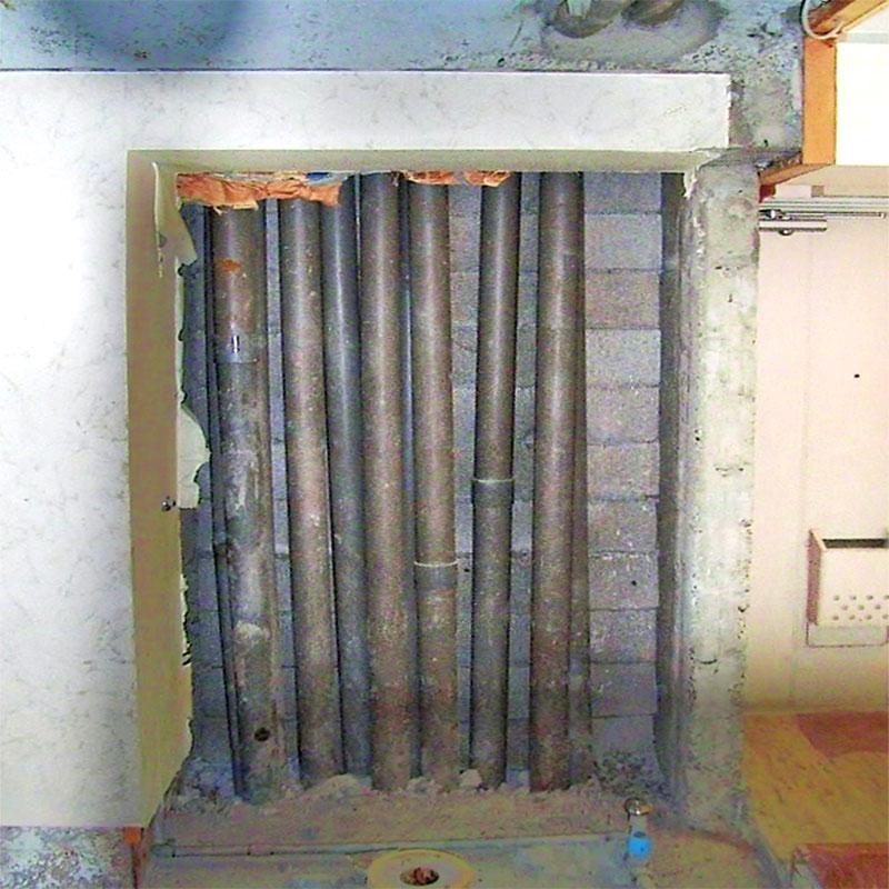 配管の通っている壁を解体