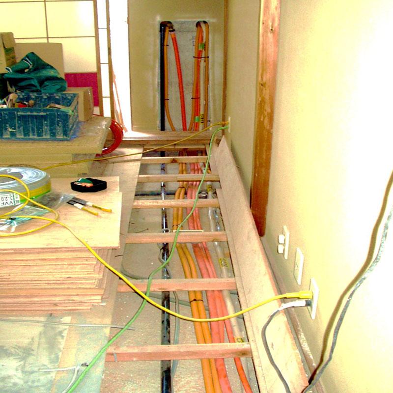 給湯器から配管が伸びています