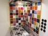 カラフルなタイルで 彩られたキッチン